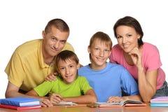 Bambini di aiuto dei genitori Immagine Stock