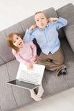 Bambini di derisione con il computer portatile fotografie stock libere da diritti