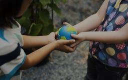 Bambini di ecologia che dividono e risparmi di sostegno il mondo immagini stock libere da diritti