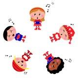 Bambini di inverno che cantano canzone silenziosa di notte. Fotografie Stock Libere da Diritti
