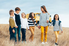 Bambini di modo nel campo di autunno Fotografie Stock Libere da Diritti
