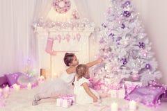 Bambini di Natale che decorano l'albero di natale, bambino e neonate immagine stock