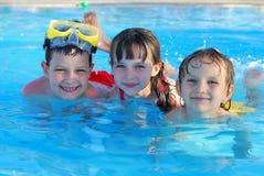 Bambini di nuoto Immagini Stock