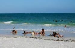 Bambini di ora legale sulla spiaggia in Africa fotografia stock