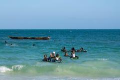 Bambini di ora legale sulla spiaggia in Africa immagini stock