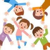 Bambini di risata in buona salute felici che mettono sul pavimento Immagini Stock