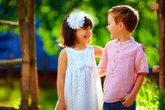 Bambini di risata svegli divertendosi all'aperto, estate fotografie stock