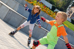 Bambini di Rollerblading. immagini stock