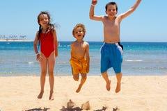 Bambini di salto Fotografia Stock