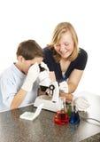 Bambini di scienza che lavorano insieme Fotografie Stock Libere da Diritti