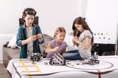 Bambini diligenti che studiano nuovo argomento di scienza alla scuola Fotografie Stock Libere da Diritti