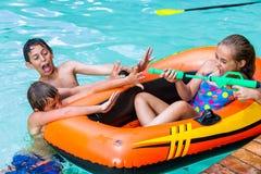 Bambini divertendosi con la pistola a acqua. Fotografie Stock