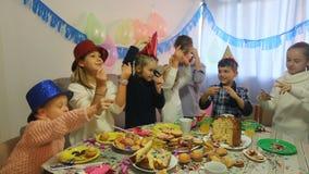 Bambini divertendosi durante la festa di compleanno dei friend's stock footage
