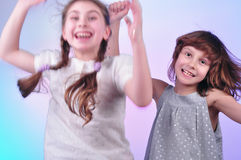 Bambini divertendosi e ballando fotografia stock