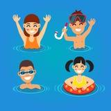Bambini divertendosi e nuotando nel mare Fotografia Stock Libera da Diritti