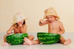 Bambini divertenti che mangiano anguria Fotografia Stock Libera da Diritti