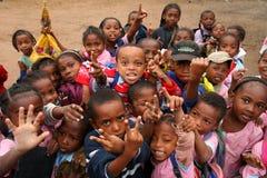Bambini dopo il banco Fotografia Stock