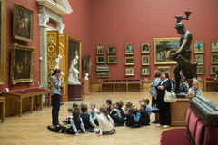 Bambini durante il giro nel museo nazionale di arte russa Immagine Stock