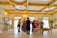 Bambini durante il giro nel palazzo del priore in Gatcina Immagine Stock Libera da Diritti
