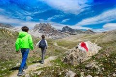 Bambini durante il viaggio nelle montagne Immagine Stock Libera da Diritti