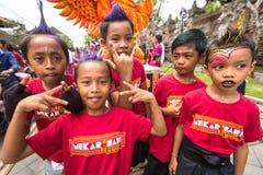 Bambini durante la celebrazione prima di Nyepi - giorno di balinese di silenzio Fotografia Stock
