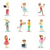 Bambini e aggeggi messi delle illustrazioni con i bambini che guardano, ascoltanti e giocanti facendo uso degli apparecchi elettr royalty illustrazione gratis