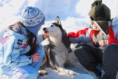 Bambini e cane husky Immagini Stock Libere da Diritti