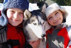 Bambini e cane husky Fotografia Stock Libera da Diritti