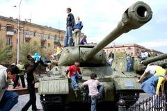 Bambini e carro armato Fotografia Stock