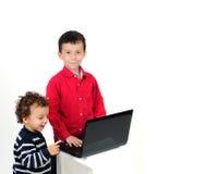 Bambini e computer portatile del calcolatore Immagine Stock