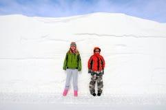 Bambini e direzione della neve Immagini Stock