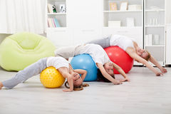 Bambini e donna che fanno allungando gli esercizi Fotografia Stock Libera da Diritti