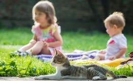 Bambini e gatto Fotografie Stock