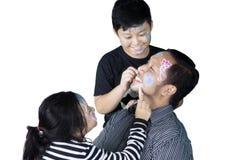 Bambini e giochi felici del padre con i pastelli Fotografia Stock Libera da Diritti