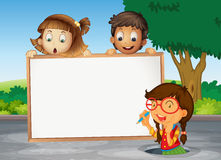 Bambini e scheda bianca Fotografia Stock Libera da Diritti