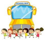 Bambini e scuolabus Immagini Stock