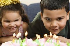 Bambini e torta di compleanno. fotografie stock libere da diritti