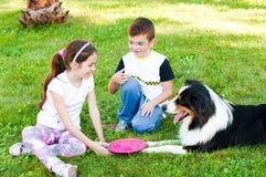 Bambini e un cane Fotografie Stock