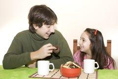 Bambini ed adolescente in prima colazione Fotografia Stock
