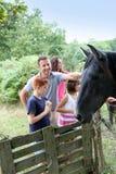 Bambini ed animali da allevamento Fotografie Stock