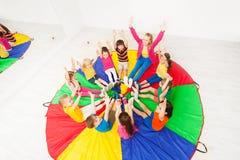 Bambini ed animatore divertendosi giocando i giochi del cerchio Immagine Stock Libera da Diritti