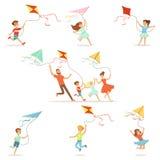 Bambini ed i loro genitori che corrono con l'aquilone felice e sorridere Illustrazioni variopinte dettagliate del fumetto illustrazione di stock
