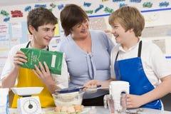 Bambini ed insegnante nel codice categoria Immagini Stock