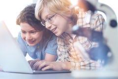 Bambini emozionali ammirevoli che fanno una scoperta Immagine Stock