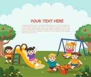 Bambini emozionanti felici divertendosi insieme sul campo da giuoco Bambini p Fotografie Stock Libere da Diritti