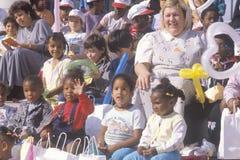 Bambini in età prescolare ed i loro insegnanti che guardano una prestazione, St. Louis, Mo Fotografia Stock