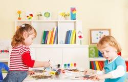 Bambini in età prescolare nell'aula fotografia stock