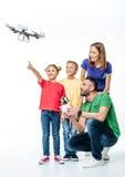 Bambini facendo uso del fuco del hexacopter di volo fotografie stock libere da diritti