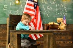 Bambini felici alla bandiera degli Stati Uniti sulla festa dell'indipendenza dell'america Immagini Stock