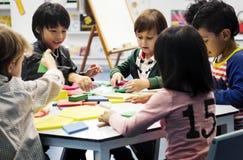 Bambini felici alla scuola elementare Fotografia Stock